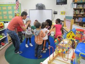 Alexandre Lopes canta com as crianças. Foto de Carla Guarilha
