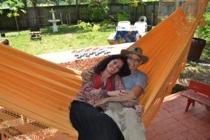 Regina e Elizeu saem para namorar toda sexta-feira. Aqui, na rede da fazendinha. Foto de Carla Guarilha