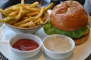 Gras prepara, em média, 30 hambúrgueres por dia no J&G Grill. Foto de Carla Guarilha.