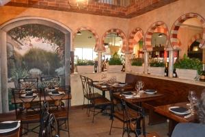 A decoração lembra um restaurante colonial, uma espécie de casa de campo, mas com um requinte inesperado num ambiente aparentemente grosseiro de um posto de gasolina. Foto de Carla Guarilha