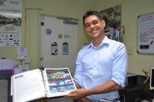 Rodrigues mostra orgulhoso o projeto de reconstrucão do recife de corais em South Beach. Foto de Carla Guarilha
