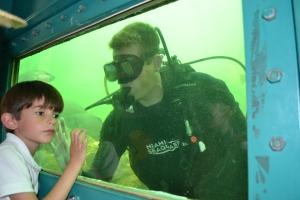 """Kevin, de 5 anos, estava com a mãe, Rebeca Eikel, visitando o Seaquarium pela primeira vez. Os peixes foram a atração favorita do menino, que nasceu em Recife, mora na Suíça e passa férias em Miami, onde a família brasileira comprou um imóvel há um ano. O programa de mergulho -- """"Sea Trek"""" -- tem sido uma enorme atração desde sua inauguração no ano passado."""