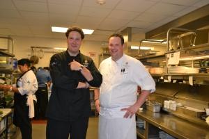 """Jordi Valles, chef executivo de todos os restaurantes do St. Regis (esq.), e Richard Gras, """"Chef de Cuisine"""" do J&G Grill, mostram com orgulho a cozinha ao Direto de Miami. Foto de Carla Guarilha."""