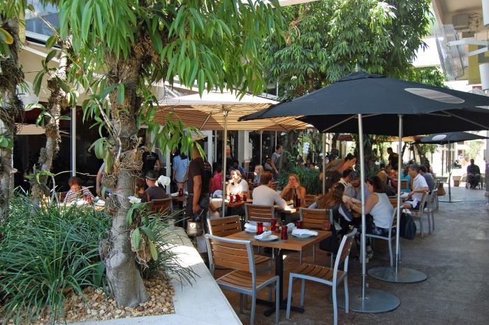 Ambiente externo do Michael's: além do elogiado hambúrguer, estabelecimento serve concorrido brunch aos domingos (Foto: Caio Ferraz)