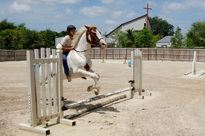 A menina Shelby visita e pratica equitação com seu cavalo, Thunder, diariamente (Foto: Caio Ferraz)