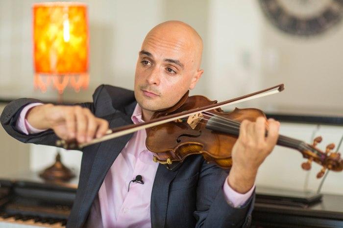 Fred Gouveia exercitando uma de suas maiores paixões: o violino (Foto: Toddy Holland)