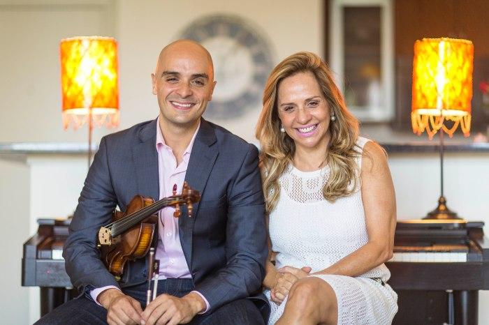 O músico e corretor Fred Gouveia ao lado da mãe, Yara Gouveia (Foto: Toddy Holland)
