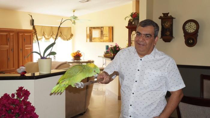 Douglas Heizer com Sailor, seu papagaio, em sua casa em Boca Raton.  Foto: Chris Delboni.