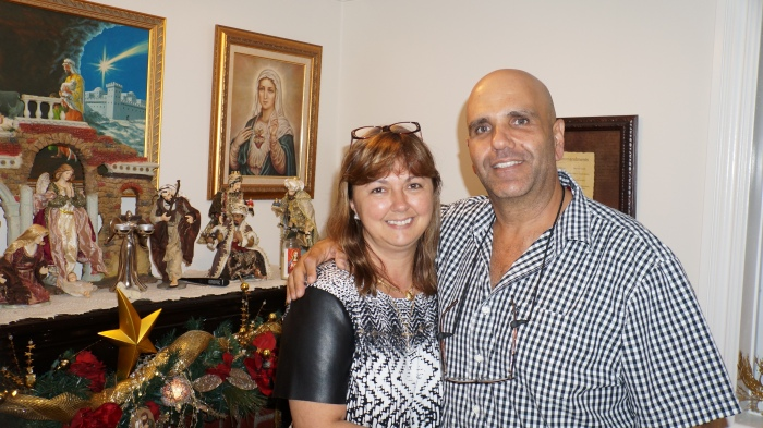 Antônio Pedro e sua esposa Janete, na capela de sua casa. Foto: Chris Delboni.