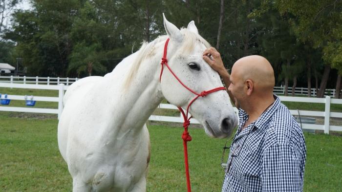 Antônio Pedro em sua casa, um rancho em Weston, próximo de Miami, com Blue, de 11 anos, seu companheiro e campeão em rodeios. Foto: Chris Delboni.