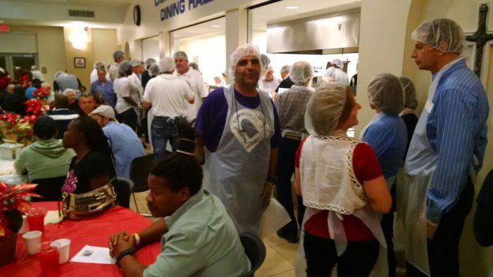 Antônio Pedro e sua equipe de voluntários entregando alimentos na Camillus House no Natal do ano passado. Foto: Acervo pessoal.